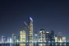 Skyline von Abu Dhabi nachts Lizenzfreie Stockbilder