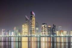 Skyline von Abu Dhabi nachts Lizenzfreie Stockfotografie