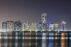Skyline von Abu Dhabi nachts Lizenzfreies Stockfoto