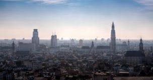 Skyline von Antwerpen, Belgien, im Nebel Lizenzfreies Stockbild