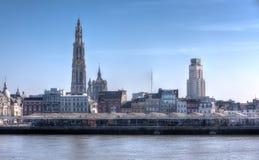 Skyline von Antwerpen, Belgien, unter einem blauen Himmel Lizenzfreies Stockbild