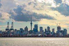 Skyline von Auckland, Neuseeland, mit dem Hafen in der Front vom Ufer stockbilder