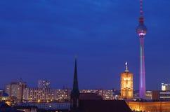 Skyline von Berlin an der blauen Stunde stockbild
