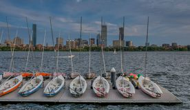 Skyline von Boston vom Fluss stockfotos
