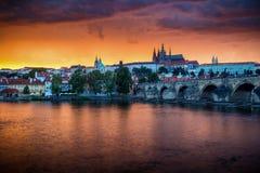 Skyline von Charles-Brücke und von Prag-Schloss auf die Moldau-Fluss duri Stockfoto