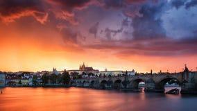 Skyline von Charles-Brücke und von Prag-Schloss auf die Moldau-Fluss duri Lizenzfreie Stockfotos