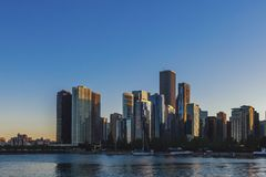 Skyline von Chicago durch Michigansee stockbild