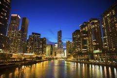 Skyline von Chicago entlang dem Fluss Lizenzfreies Stockbild