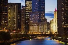 Skyline von Chicago entlang dem Fluss Stockfotografie
