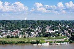 Skyline von Cincinnati, Ohio im Sommer über vom Ohio lizenzfreies stockfoto