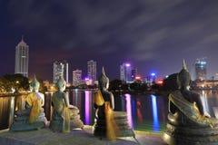 Skyline von Colombo in Sri Lanka nachts lizenzfreie stockbilder