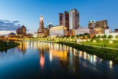 Skyline von Columbus, Ohio von der zweihundertjährigen Parkbrücke nachts Stockfotografie
