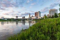 Skyline von Columbus, Ohio von der zweihundertjährigen Parkbrücke nachts Lizenzfreie Stockfotos