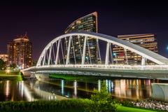 Skyline von Columbus, Ohio von der zweihundertjährigen Parkbrücke nachts Lizenzfreie Stockbilder