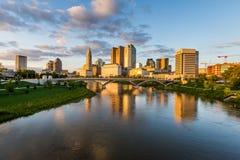 Skyline von Columbus, Ohio von der zweihundertjährigen Parkbrücke nachts Lizenzfreies Stockfoto