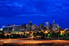 Skyline von Denver nachts in Colorado, USA Stockfotos