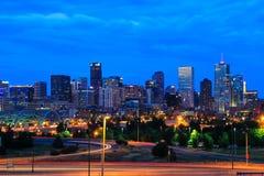 Skyline von Denver nachts in Colorado, USA Stockbilder