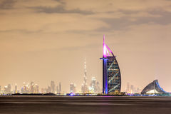 Skyline von Dubai-Stadt nachts Lizenzfreies Stockfoto