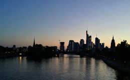 Skyline von einer Großstadt am Abend lizenzfreie stockfotografie