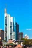 Skyline von Frankfurt auf Hauptleitung Stockfotos