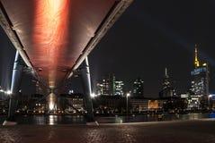 Skyline von Frankfurt am Main Deutschland von unterhalb der Brücke Stockfotos