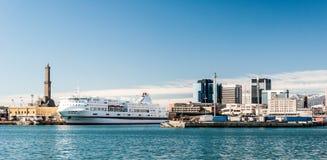 Skyline von Genua vom Hafen Stockfotografie