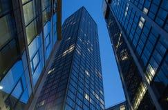 Skyline von Geschäftsgebäuden in Frankfurt bei Sonnenuntergang Lizenzfreies Stockfoto