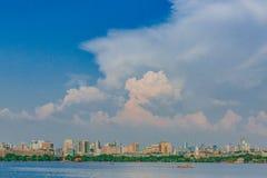 Skyline von Hangzhou über Westsee unter Wolken und Himmel, in Hangzhou, China stockbilder