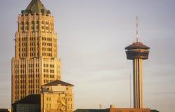 Skyline von historischem San Antonio, TX bei Sonnenuntergang stockfotos