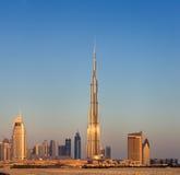Skyline von im Stadtzentrum gelegenem Dubai mit dem Burj Khalifa Stockbilder