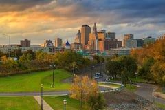 Skyline von im Stadtzentrum gelegenem Hartford, Connecticut von der oben genannten Charter-Eiche Stockbilder