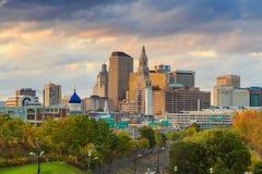 Skyline von im Stadtzentrum gelegenem Hartford, Connecticut von der oben genannten Charter-Eiche Stockfotos