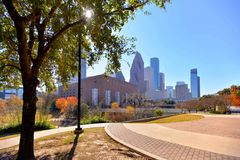 Skyline von im Stadtzentrum gelegenem Houston an Sesquicentennial-Park stockfotos