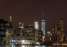 Skyline von im Stadtzentrum gelegenem Manhattan bis zum Nacht Stockfotos