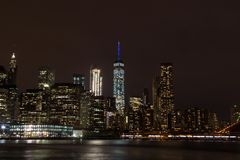 Skyline von im Stadtzentrum gelegenem Manhattan bis zum Nacht Lizenzfreie Stockfotografie
