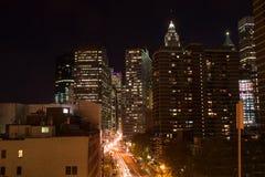 Skyline von im Stadtzentrum gelegenem Manhattan bis zum Nacht Stockbilder
