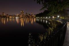 Skyline von im Stadtzentrum gelegenem Manhattan bis zum Nacht Lizenzfreie Stockbilder