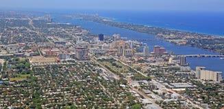 Skyline von im Stadtzentrum gelegenem West Palm Beach von oben lizenzfreies stockbild