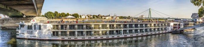 Skyline von Köln mit Fluss Rhein am späten Nachmittag und an der Kreuzfahrt Stockfotos