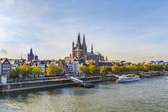 Skyline von Köln mit Fluss Rhein und Haubenansicht Lizenzfreie Stockfotografie