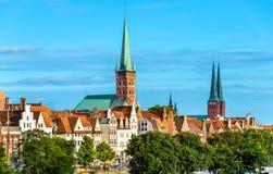 Skyline von Lübeck mit St. Peters Church und die Kathedrale - Deutschland Stockfotografie