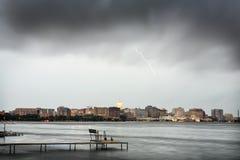 Skyline von Madison Wisconsin während eines Gewitters Stockbild