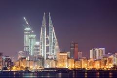 Skyline von Manama nachts, Bahrain Lizenzfreie Stockfotos