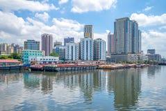 Skyline von Manila durch Pasig-Fluss in Philippinen stockfotos