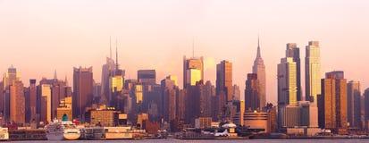 Skyline von Midtown Manhattan bei Sonnenuntergang in New York City lizenzfreies stockfoto
