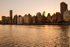 Skyline von Midtown Manhattan bei Sonnenuntergang in New York City Stockbild