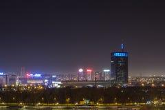 Skyline von neuem Belgrad Novi Beograd gesehen bis zum Nacht von der Kalemegdan-Festung Stockfotografie