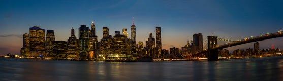 Skyline von New- York Cityabflussrinne die blaue Stunde Stockfotografie