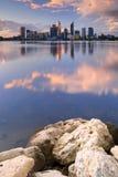 Skyline von Perth, Australien über dem Schwan-Fluss bei Sonnenuntergang Stockfotos