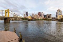 Skyline von Pittsburgh, Pennsylvania-fron Allegheny Landung acros Lizenzfreie Stockfotos